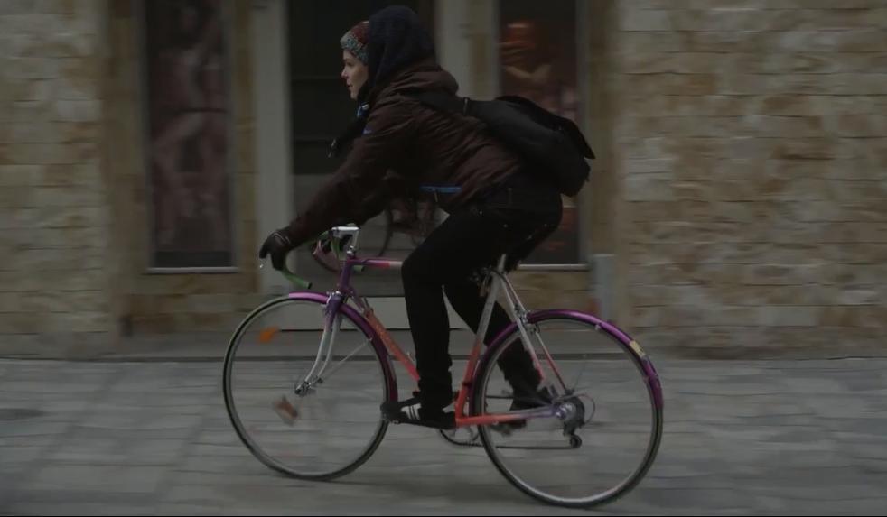 A város lekerekítve - Az udvarias bringás - Sinkó Bori