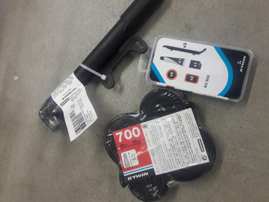 Egy megfelelő méretű gumibelső, gumileszedő, foltkészlet, pumpa és egy mulitool nélkül nem érdemes elindulni.