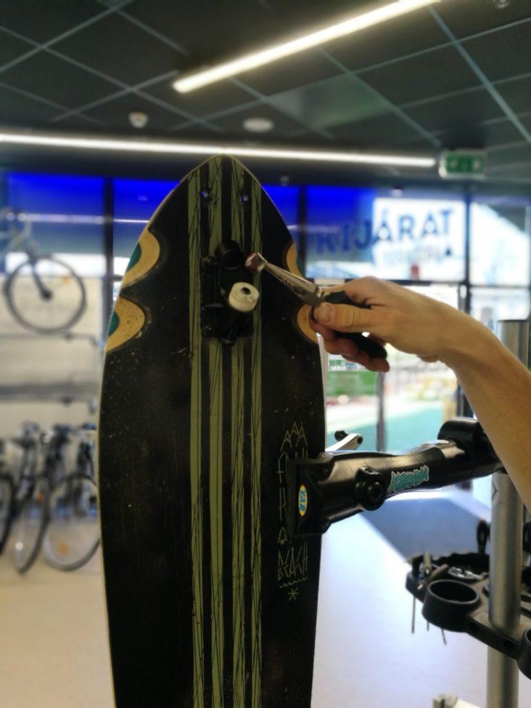 Nyikorgó gördeszka - Egy longboard lap és a felfüggesztés alapzata