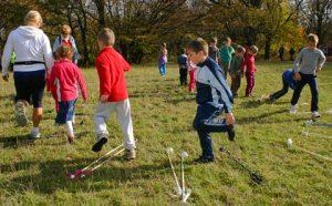 A gyerekek játékosan sajátítják el a mozgást.